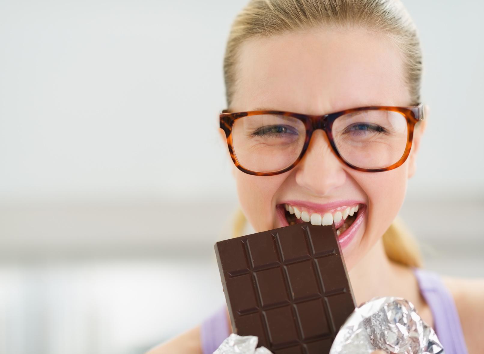 Devojka jede cokoladu