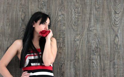 devojka sa ruzom