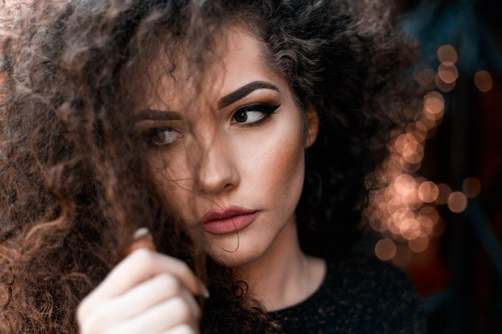 devojka pipa kosu