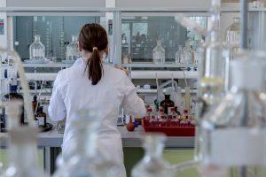 Devojka u laboratoriji