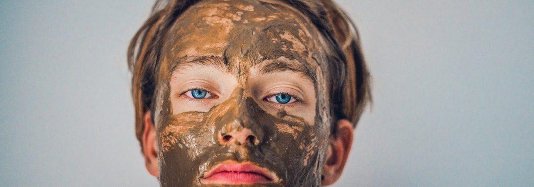 Muskarac sa maskom za lice