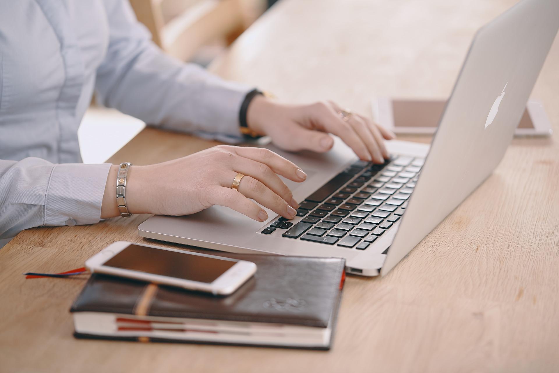 Žena kuca na laptopu