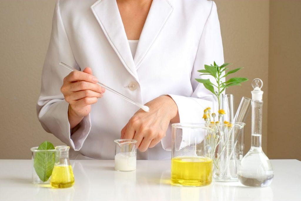 Farmaceut testira kremu