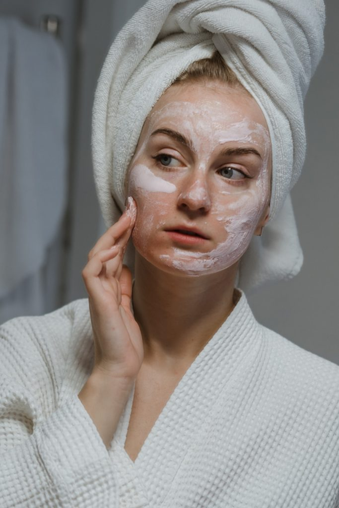 devojka čisti lice