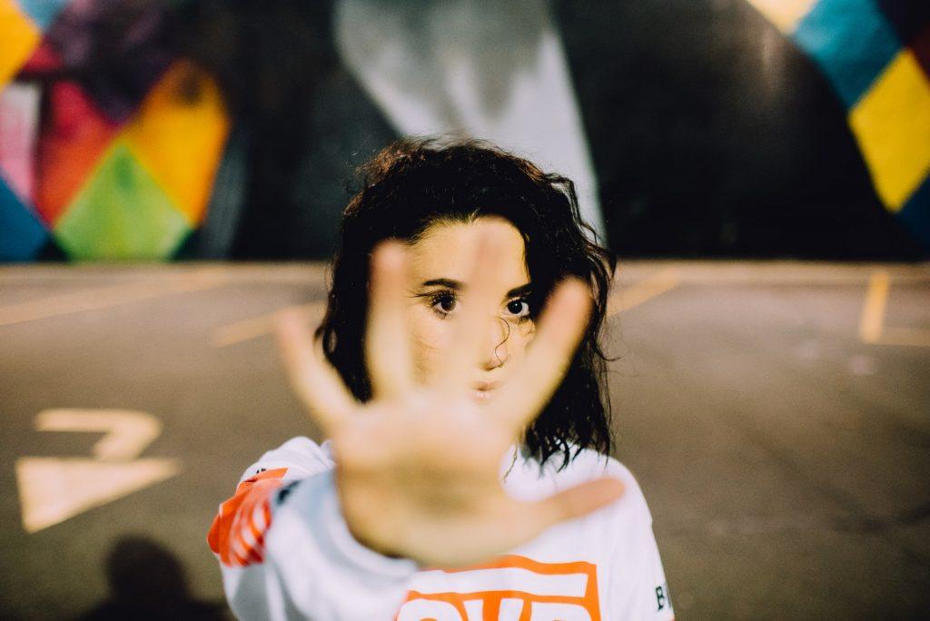stop znak rukom