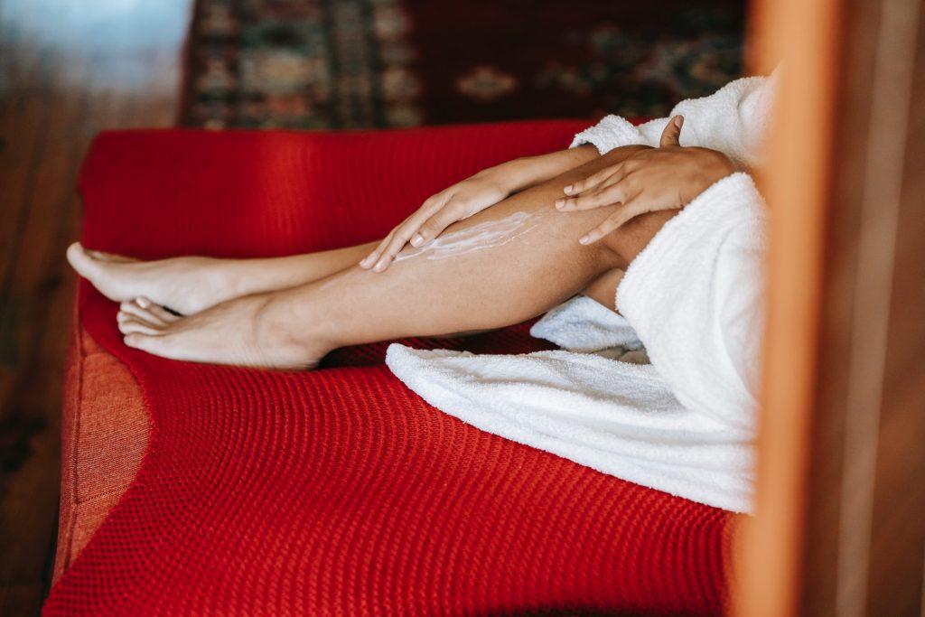 Zena maze noge kremom